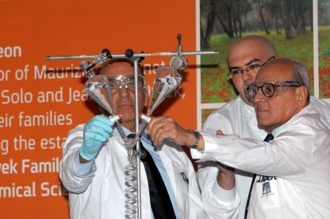 Maurice Dwek (right); Solo Dwek (left), at the dedication ceremony of the Dwek School of Chemical Science
