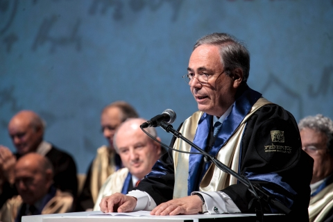 René Braginsky receiving his honorary PhD from the Weizmann Institute in 2012