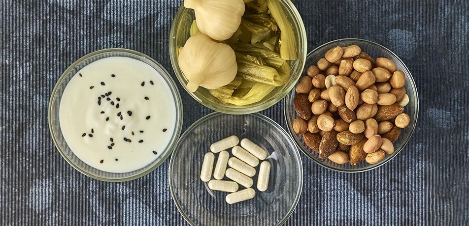 Píldoras de probiótico y yogurt