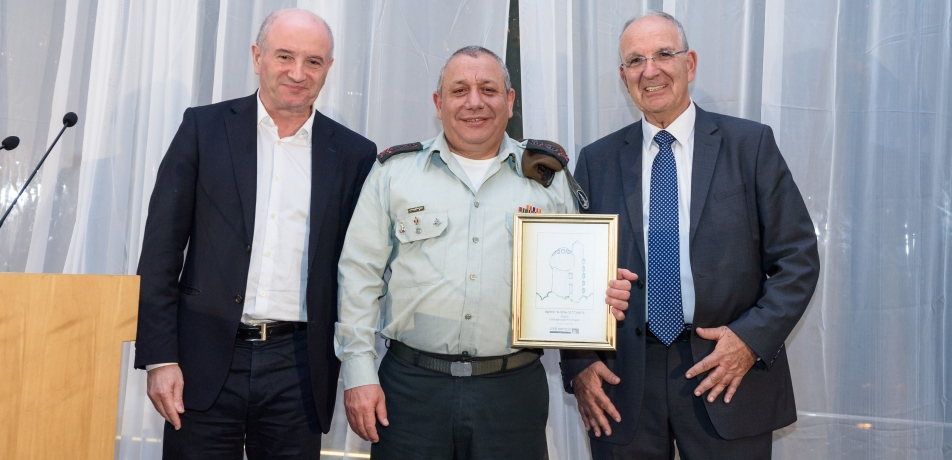 L-R: Prof. Daniel Zajfman, IDF Chief of Staff Gadi Eizenkot, and Shimshon Harel, Chair of the Weizmann Executive Board and Chair of the Israel Friends