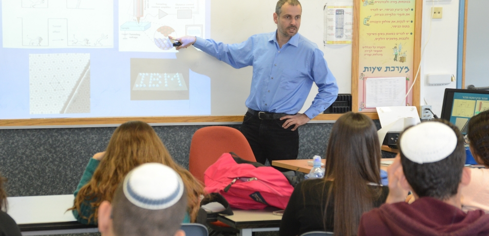 Prof. Leeor Kronik explains tunneling microscopes to high-schoolers